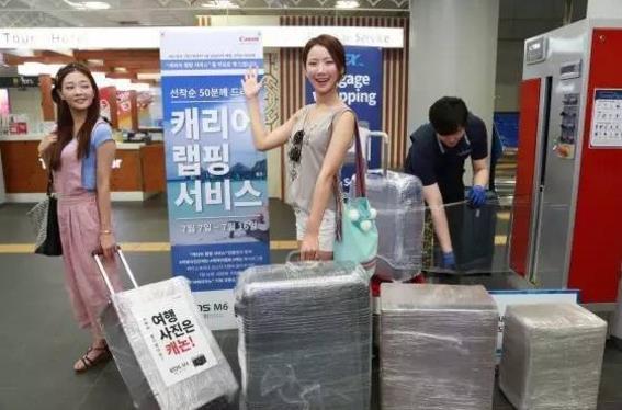 韩国机场地铁为游客提供托运箱塑料膜包装服务