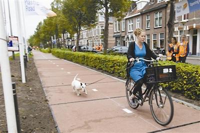 荷兰兹沃勒铺设世界上第一条塑料路