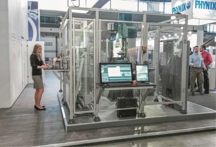机械手在塑料生产车间、实验室增加自动化
