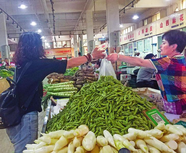 西安落实限塑令调查 超市严格遵守菜场屡禁不止