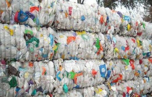 印度某地1公斤塑料垃圾换1公斤大米民众争相捡垃圾