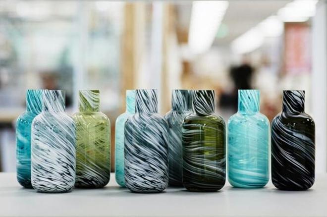 【中国德富塑料网】废弃塑料和残次玻璃制品完美结合后成家具